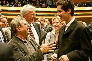 مسن ترین عضو SP در پارلمان هالند هنگامیکه به فرشاد بشیر عضو SP  و جوانترین عضو پارلمان هالند ، انتخابش را تبریک میگوید