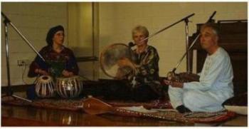 پروفیسور جان بیلی و خانم داکتر ورانیکا دبلدی هنگام اجرای کنسرت