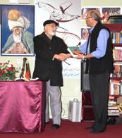 """محترم انجینیر فضل احمد """"افغان  در حال تفویض کتاب  به محترم مجید """"قیام"""""""