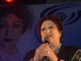 خانم پرستو در حال اجرایی کنسرت در افغانستان