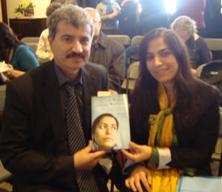 خانم جویا هنگام اهدای  یکجلد کتاب به امان معاشر