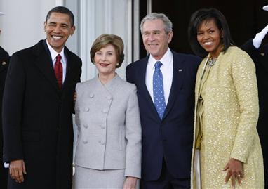 بوش قبل از خدا حافظی با بارک اوبا ما عکس یاد گاری گرفت
