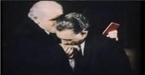 حفیظ الله امین شاگرد وفادارنورمحمد تره کی در حال بوسیدن دست استادش قبل از کشتنش