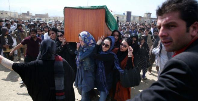مراسم خاکسپاری پیکر شهید فرخنده توسط زنان قهرمان شهر کابل در پنجصد فامیلی خیر خانه محترمانه انجام شد. ( عکسها از بی بی سی )